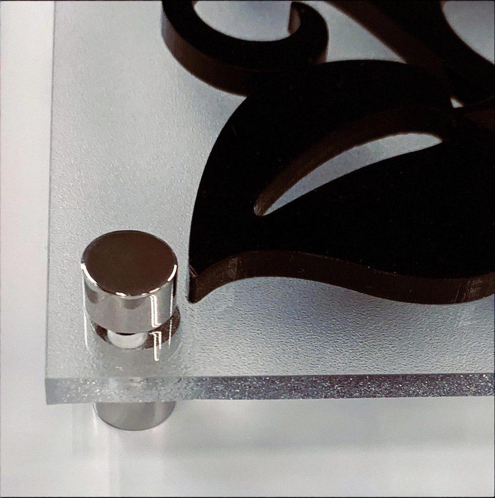 磨りガラス調アクリル板+アクリル切り文字表札看板のビス留め金具の写真